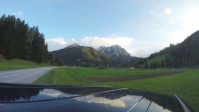 Touristisches Schmierfilmbildung timelapse von Berg-cloudscape am sonnigen Sommertag, Tourismus stock video footage