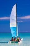 Touristisches Segeln in einem Katamaran auf einem kubanischen Strand Lizenzfreie Stockfotografie
