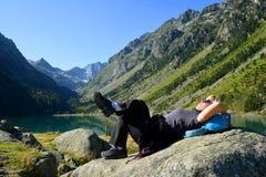 Touristisches Stillstehen am Gaube See in Pyrenäen lizenzfreies stockfoto