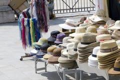 Touristisches Straßenmarkt, das Hüte verkauft Lizenzfreies Stockbild