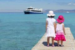 Touristisches Türkismeer des glücklichen Mädchens in Formentera stockfotos