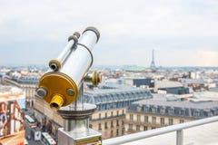 Touristisches Teleskop über Paris-Landschaft auf Lafayette-Galerie Stockfoto