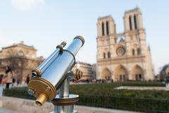 Touristisches Teleskop angebracht nahe Notre Dame in Paris Stockfotografie