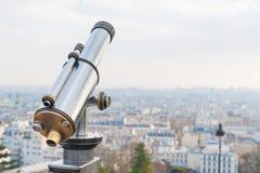 Touristisches Teleskop brachte nahe Sacre Coeur in Paris an Stockbilder