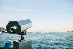 Touristisches Teleskop mit szenischer Ansicht des Meeres und der blauen Himmel Ansicht des Bosphorus, Istanbul, die Türkei Lizenzfreies Stockfoto