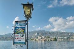 Touristisches Zeichen auf einer italienischen Seeseite, Orta San Giulio lizenzfreie stockbilder