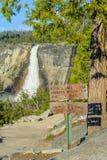 Touristisches Zeichen und Wasserfall in Yosemite Stockbilder
