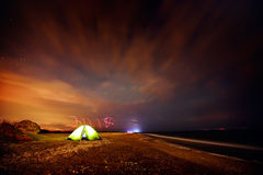 Touristisches Zelt auf dem Strand bis zum Nacht Lizenzfreies Stockfoto