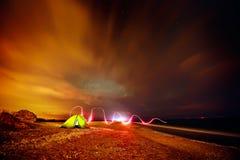 Touristisches Zelt auf dem Strand bis zum Nacht Lizenzfreies Stockbild
