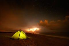 Touristisches Zelt auf dem Strand bis zum Nacht Lizenzfreie Stockbilder