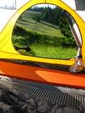 Touristisches Zelt auf einem Wald-baclground lizenzfreie stockfotografie