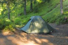 Touristisches Zelt in einer Reinigung in einem Koniferenwald, belichtetes b Lizenzfreies Stockfoto