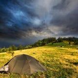 Touristisches Zelt und Sturmwolken lizenzfreies stockfoto