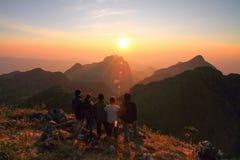 Touristm non identificato sull'alta montagna nel tempo di tramonto Fotografie Stock