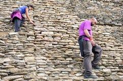 Tourists descend the main pyramid at Tonina archeological site i Royalty Free Stock Photos