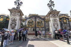 Tourists in front of the gate to Buckingham Palace, London,United Kingdom Stock Photos