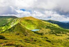 Tourists go to the mountain lake Royalty Free Stock Photos