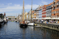TOURISTS LIFE ON NYHAVN CANAL Royalty Free Stock Images