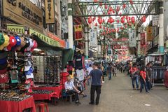 Tourists and local people visiting the Chinese Petaling Market in China Town of Kuala Lumpur royalty free stock photos