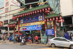 Tourists and local people visiting the Chinese Petaling Market in China Town of Kuala Lumpur royalty free stock images