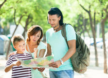 Tourists looking at the map Royalty Free Stock Images