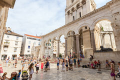 Tourists at the peristyle in Split Royalty Free Stock Photography