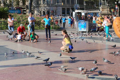 Tourists with pigeons - Barcelona Royalty Free Stock Photography
