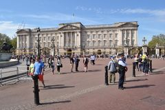 Tourists police officer Buckingham Palace London Royalty Free Stock Photos