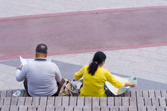 Tourists reading a map Royalty Free Stock Photography