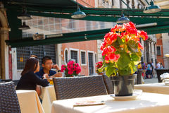 Tourists rest in an outdoor cafe,Venice, Italy Royalty Free Stock Photos