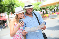 Tourists searching the right way on map Royalty Free Stock Images