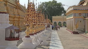 Tourists sightseeing The Shwezigon Pagoda Royalty Free Stock Photos