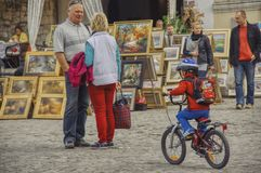 Tourists and trade in paintings in Kazimierz Dolny royalty free stock photos