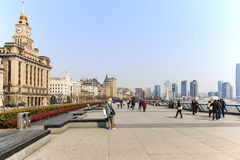 Tourists walking in the Bund, the most scenic spot in Shanghai. On background the most famous Chinese skyscrapers Royalty Free Stock Photos