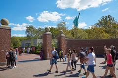 Tourists walking to Statue of Liberty in a sunny day, NY Royalty Free Stock Photos