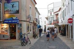 Touristy gata i den historiska mitten av Lagos i Portugal arkivbilder