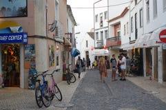 Touristy gata i den historiska mitten av Lagos i Portugal royaltyfri fotografi