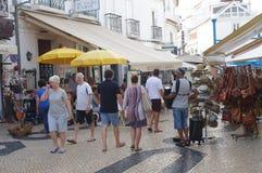 Touristy gata i den historiska mitten av Lagos i Portugal royaltyfria foton