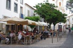 Touristy gata i den historiska mitten av Lagos i Portugal fotografering för bildbyråer