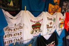 Touristy skjortor på skärm på endörr som försäljer stallen i det karibiskt fotografering för bildbyråer