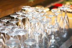 Tourné à l'envers un ensemble de verres de vin Photos stock