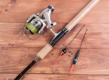 Tournant avec la bobine, la ligne de pêche flotteurs et les platines Photographie stock libre de droits
