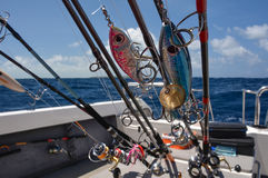 Tournant, cannes à pêche, bateau de pêche, préparé pour la pêche Photos libres de droits