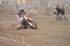 Tourne-à-droite sur une moto avec un dérapage et une glissade Photographie stock libre de droits