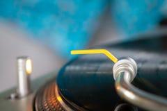 Tourne-disque de cru tournant avec le fond brouillé bleu photo libre de droits