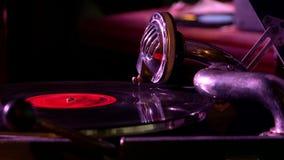 Tourne-disque de phonographe des temps de l'URSS banque de vidéos