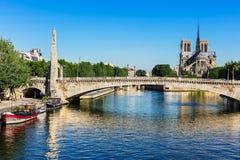 Tournelle bro Pont de la Tournelle och Notre Dame de Paris Arkivfoton