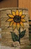 Tournesol peint sur Hay Ball Photographie stock