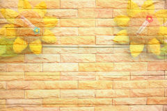 Tournesol sur la texture de mur de briques photo stock