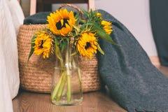 Tournesols jaunes dans le vase sur le plancher de la salle image libre de droits